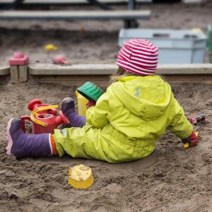 Dagisbarn i sandlådan