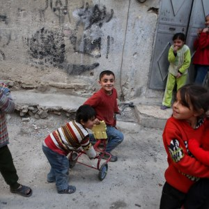 Syriska barn leker utanför sina hem i den rebellkontrollerade stadsdelen Tishreen i Damaskus under eldupphöret 27.2.2016