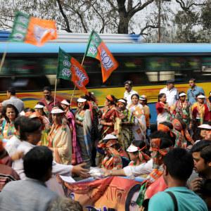 Det stora antalet brutala våldtäkter har utlöst en protestvåg i Indien och tvingat politiker att agera. Här uttrycker kvinnoaktivister i Kalkutta sitt stöd för våldäktsoffer