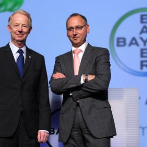 Bayers avgående styrelseordförande Marijn Dekkers  och hans efterträdare Werner Baumann under bolagsstämman i Köln den 29 april 2016.