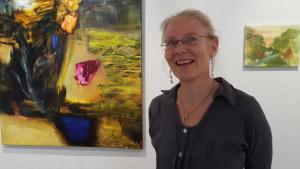 Margareta von Bonsdorff framför sin målning Min längtans blå anemone på Galleri Bronda 2016.