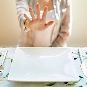 Kvinna som säger nej till mat.