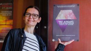 Mia Wiik med affischen för evenemanget Teatris 2016.