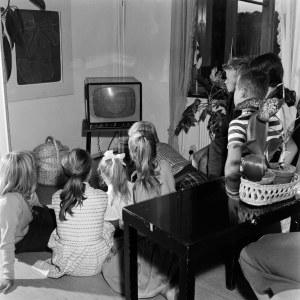 Lapset katsovat televisiota. Tv-ruudussa näkyy TES-tv. Kuva otettu vuonna 1959