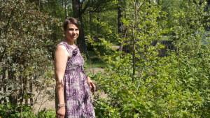 Konstnären Pia Holm i sin trädgård i Dragsfjärd