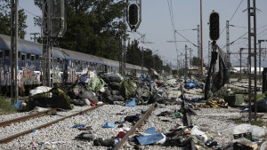 Övergivna tält och kläder i Idomeni efter att flyktinglägret har tömts