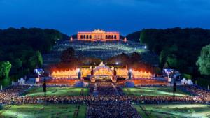 Wienin filharmonikot soittavat kesäillan konsertissa Schönbrunnin linnan puistossa