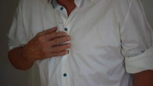 man trycker handen mot bröstet
