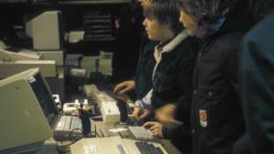 Killar prövar datorer i en elektronikaffär 1984.