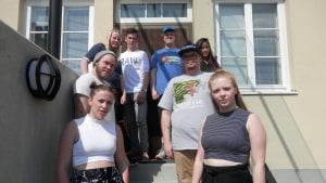 Ungdomsfullmäktige  (i bakgrunden) och bandet Gorilla 15 är med på skolavslutningen