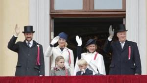 Norska kungafamiljen på slottets balkong i Oslo.