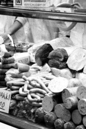 En köttdisk med korvar och andra köttprodukter av olika slag.