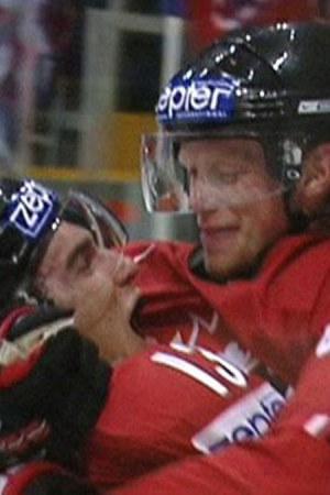 Kanadalaiset juhlivat maalia MM-jääkiekon finaaliottelussa Suomea vastaan 2007