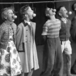 Barn deltar i äppelätartävling, 1950-tal