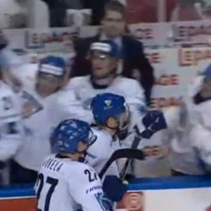 Suomen pelaajia vaihtokaukalon edessä Suomi-Ruotsi pronssiottelussa 2008