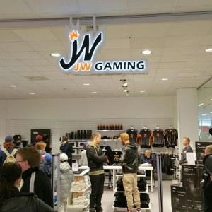 """Jesper """"jw"""" Wecksell kauppansa avajaisissa"""