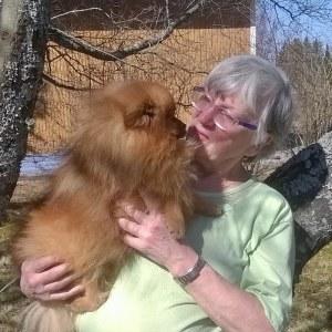 Susanne Wendell håller en av sina hundar i famnen.