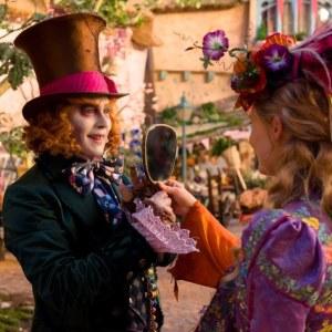 Johnny Depp och Mia Wasikowska i Alice i spegellandet