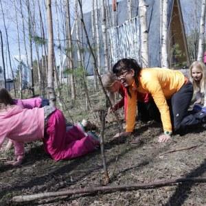 Kuvassa lapsia ja toimittaja luonnossa.