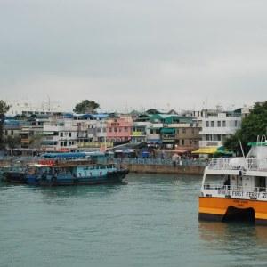 På veckosluten går färjorna i skytteltrafik för att transportera turister till Cheung Chau.