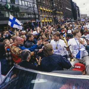Suomen jääkiekkomaajoukkueen pelaajia juhlakulkueessa palattuaan jääkiekon maailmanmestaruuskisoista 1995