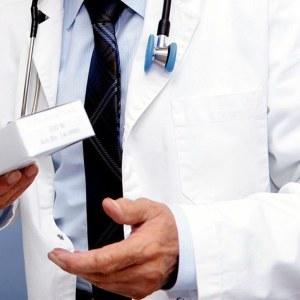 Läkare i vit rock.