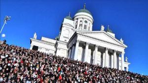 Kansanpaljous Helsingin Tuomiokirkon portailla Sibeliuksen Finlandian yhteislaulutilaisuudessa säveltäjän syntymäpäivänä 8.12.2015 klo 12.