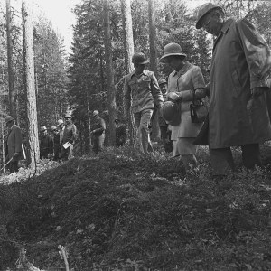 Englannin kuningatar Elisabet II ja prinssi Philip virallisella vierailulla Suomessa. Käynti Haukanmaan metsätyökeskuksessa, Elisabet II seurueineen kävelemässä metsässä.