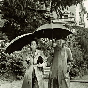 Calle Wallenberg blev Mannerheims sista kärlek. De träffades strax efter kriget och förblev ett par fram till marskalkens död. Här på promenad i ett regnigt Monte Carlo.