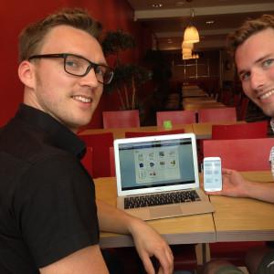 Sebastian Laxell (t.h.) och William Barman säger att Matematik.fi kan användas på datorn, surfplattan och telefonen.