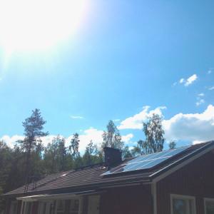 Solpaneler på hustak.