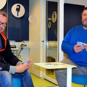 Jan Svanlund och Kent Rönn spelar pidro.
