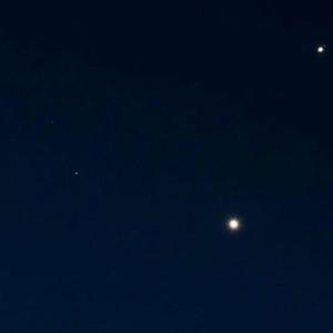 Venus har det starkaste ljuset. Ovanom Venus strålar Jupiter.  Mars ligger snett nere till vänster.