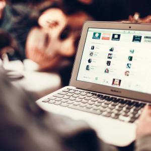 Person som surfar på nätet (på en laptop).