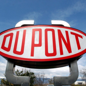 Skylt med Duponts logotyp nära Genève i Schweiz.