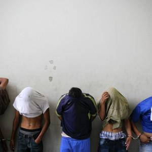 Misstänkta gängmedlemmar i El Salvador i juli 2015.