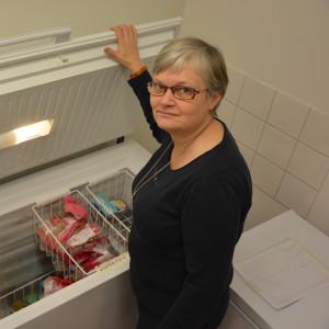 Carita Englund visar Ekenäs matbanks frys.