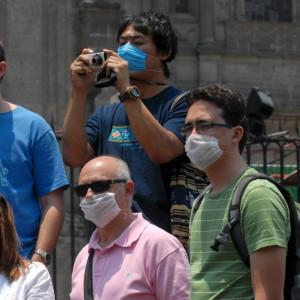 Turister med andningsskydd