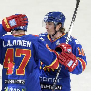 Ishockeyspelare klappar om varandra efter vinst.