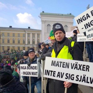 Fredrik Grannas, ÖSPs ombudsman på Senatstorget i Helsingfors.