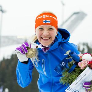 Kaisa Mäkäräinen var strålande glad efter att ha fått sin medalj.