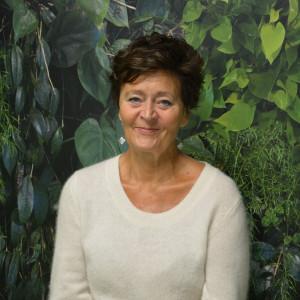 Johanna Ringbom gör föreställning om Carola Standertskjöld