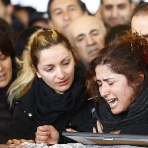 Sörjande anhöriga vid begravningen av offren för terrordådet i Ankara den 13 mars.