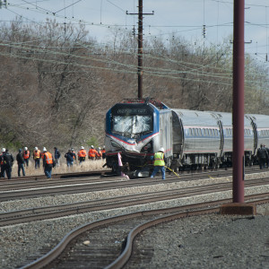 Räddningsarbetare utanför tåg efter olycka i USA.