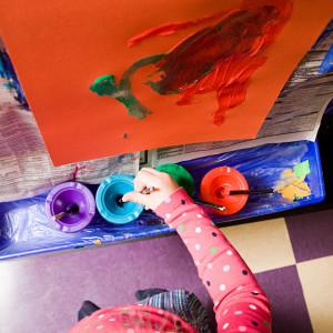 Ett barn på daghem målar.