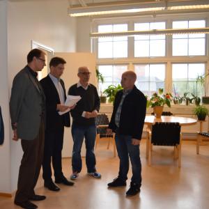 Namn överräcks av Billnäs skolas representant Karl-Johan Hellman till stadsstyrelsen i Raseborg.