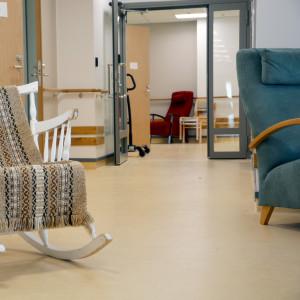 En gungstol i en korridor.