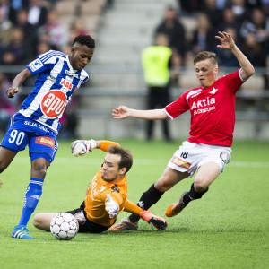 HIFK-målvakten Carl-Johan Eriksson försöker tillsammans med lagkamraten Matias Hänninen få stopp på HJK:s Nnamdi Oduamadi.