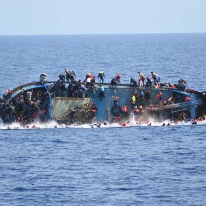 En flyktingbåt kantrar utanför Libyens kust onsd. 25.5.2016