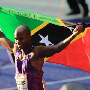 Löpare håller upp sitt lands flagga.